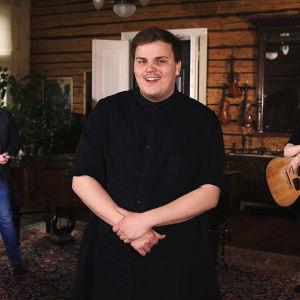 Aksel Kankaanranta esittää akustisesti oman kappaleensa Looking Back ja euroviisuhitin Farytale.