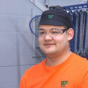 Vastavalmistunut levyseppähitsaaja Joni Aronen työpaikallaan Wipakin pakkaustehtaan verstaalla Nastolassa.