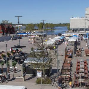 Oulun torilla ihmisiä terassilla ilmakuva