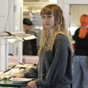 Jenni Karppinen kouluruokalan linjastolla.
