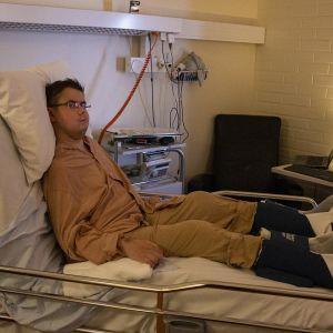 Teemu Puurunen istuu sairaalasängyssä.