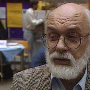 Yhdysvaltalainen yliluonnollisten ilmiöiden epäilijä ja huijareiden paljastaja James Randi (The Amazing Randi) Helsingissä 1989.