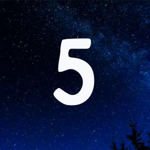Kuvituskuva. Tähtitaivas ja joulukalenterin luukku nro 5.