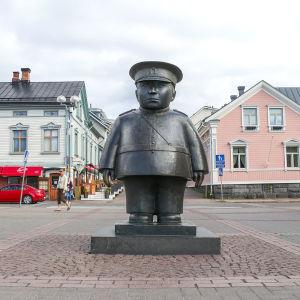 Oulun Toripolliisi edestä päin kuvattuna.