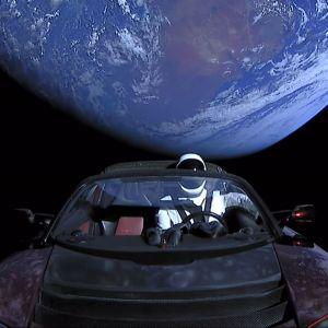 SpaceX docka Starman i sin Tesla Roadster i rymden.