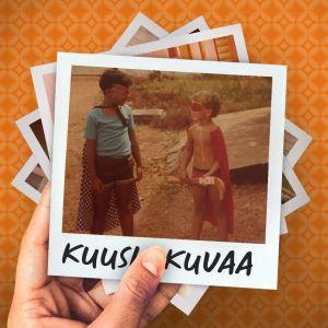 Jan Ijäs pikkupoikana lagoslaisen ystävänsä kanssa leikkimässä supersankaria.
