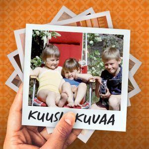 Mediataiteilija Marikki Hakola pikkutyttönä kainalossaan sisarensa Riikka istuu kesäisellä pihalla aurinkotuolilla, veli Jyrki on kumartunut kameran kanssa heidän viereensä.