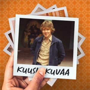 Lukioikäinen poika potretissa koulun pihalla. Taustalla iso seinämaalaus, jossa on kypäräpäinen fantasiahahmo.
