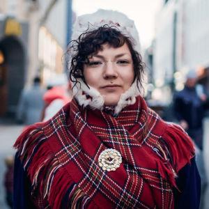 Ida-Maria Helander saamenpuvussaan. Kuva elokuvasta Eatnameamet - hiljainen taistelumme