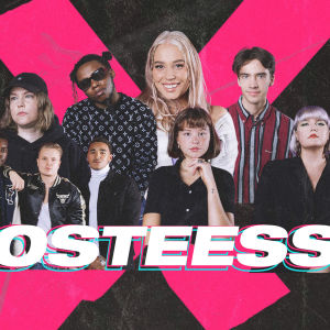YleX Nosteessa -artistit yhdessä X-elementin edessä.