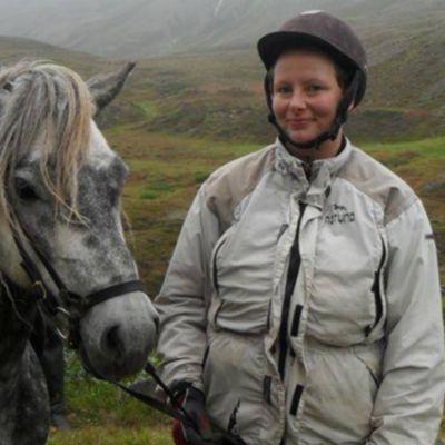 Johanna Henriksson vid en häst