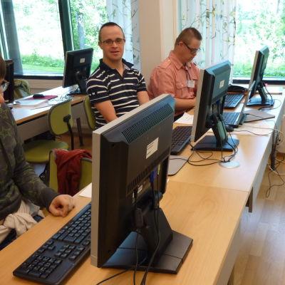 Sara Grönwall, Rex Hartmann och Toni Sparv trivs alla på IT-läger.