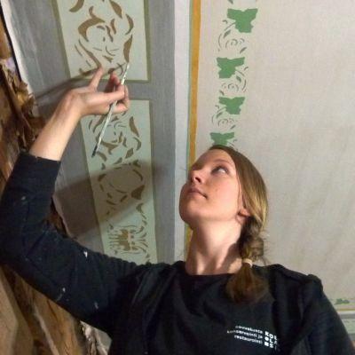 Konservator Tanja Lindfors jobbar med schablonmålning.