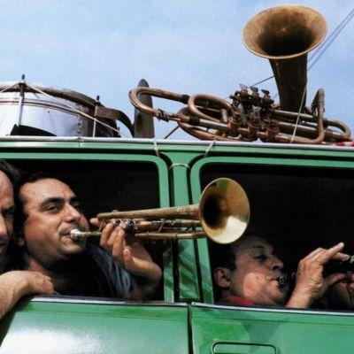 Kuva dokumentista Romanien tie (When the Road Bends: Tales of a Gypsy Caravan)