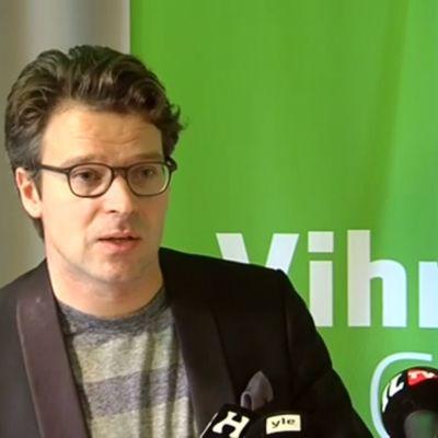 Ville Niinistö håller presskonferens om de grönas regeringsmedverkan 15.9.2014