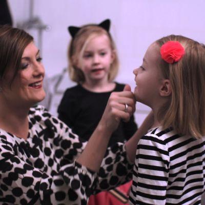 Maria sundblom-Lindberg fixar barnen för fest