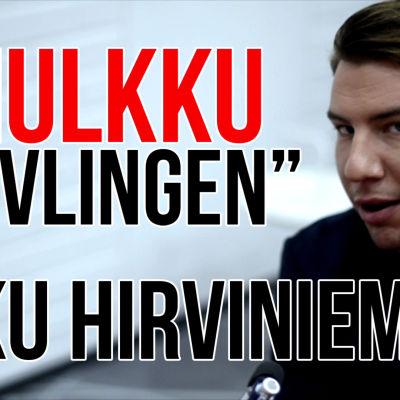 """aku hirviniemi tittar in i kameran med texten """"mulkku tävlingen med aku hirviniemi"""""""