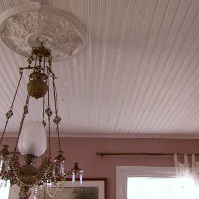 Takrosett och lampkrona i egnahemshus.