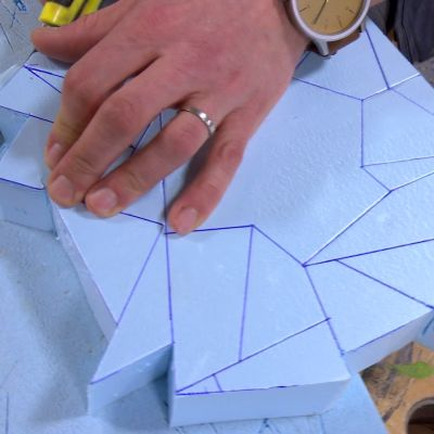 Polystyrenet skärs ut och modelleras till takrosett.