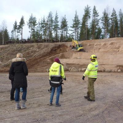 Personal från Rudus och Finlands miljöcentral håller koll på utgrävningen av ekosystemhotellet i Rudus sandgrop i Tegelbacken.