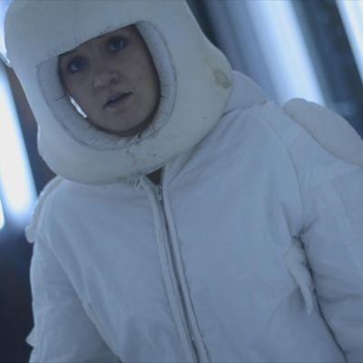 Fredrika Lindholm i en astronautdräkt.
