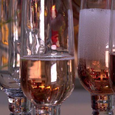 Bubbel hälls upp i glas.