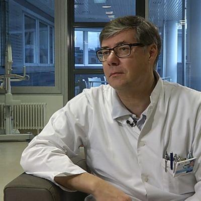 Asko Järvinen är överläkare för infektionskliniken vid HUCS.
