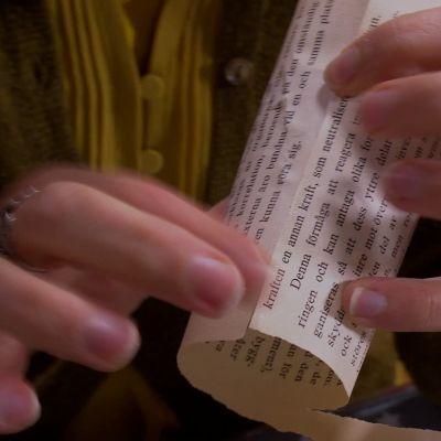 Limma sidan runt pappersrullen.