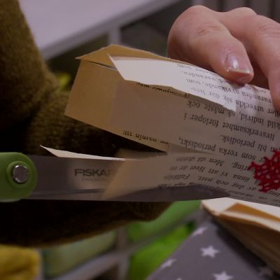Klipp hack i pappret.