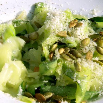 zucchinipasta på tallrik