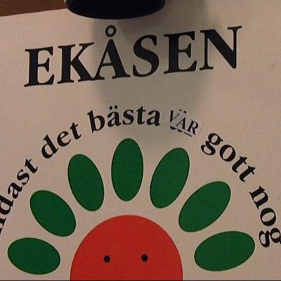 I aulan då man kommer in på Ekåsen finns denna skylt.
