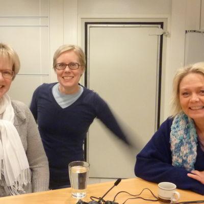 Fredagssnackarna Ulrica Isaksson (t.v.) och Ilse Klockars (t.h.) tillsammans med programvärden Marica Hildén