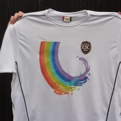 ESC:s nya spelarskjorta; en vit skjorta med en regnbågssymbol på bröstet.