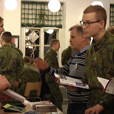 Beväringar vid Nylands brigad på studiemässa
