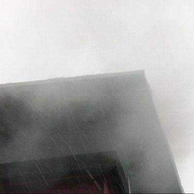 Mörkgrå rök är inte bra, då sker en ofullständig förbränning och det finns cancerframkallande partiklar i röken.