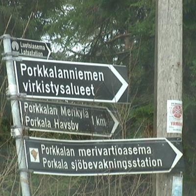 Skyltar visar vägen ner till den yttersta delen av Porkala udd.