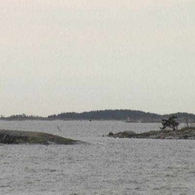 Makilo är försvarsmaktens holme (i bakgrunden).