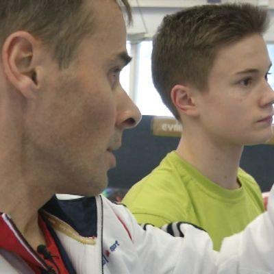 Brittiske tränaren Paul Hall och gymnasten Elias Koski i Kuortane, februari 2015