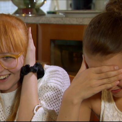 Lomamatka 80-luvulle reunion kokouksessa Laila ja Jane pitelevät korviaan.
