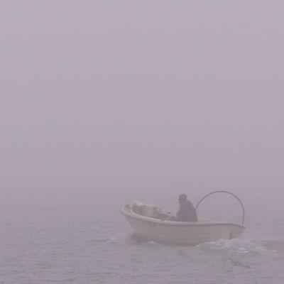 Joskus saaristolaiset joutuvat veneilemään sakeassa sumussa.