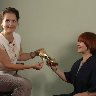 två kvinnor tittar på skor