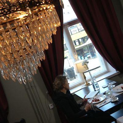 två kvinnor på café under kristallkrona