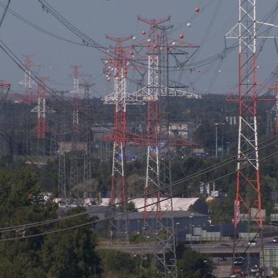 Sähkölinjoja kaupunkiympäristössä.