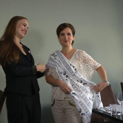 Katri Niskanen och Pia-Maria Lehtola provar tyger i Belle Epoque