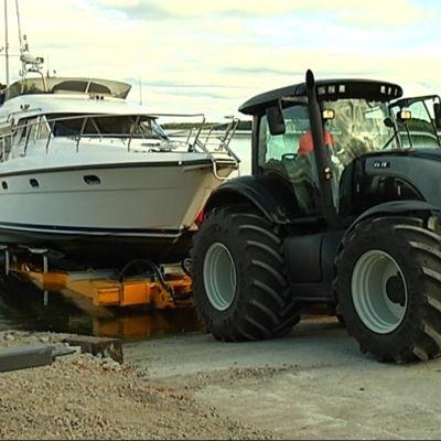 Hanko Boat Yard Ab tar upp en båt till vinterförvaring i Hangö.