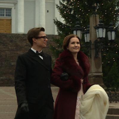 Sami Sykkö och Pia-Maria Lehtola står framför en julgran på Senatstorget.