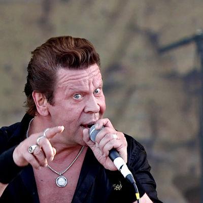 Pate Mustajärvi Popedan konsertissa Ruisrockissa 2014