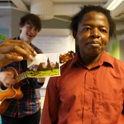 Räppären Rene från Kokkola och singer-songwriter Kallo Keto från Kokkola improviserar vilt till en serie bilder. Jag skulle vilja gå i skogen, sjunger Renew.