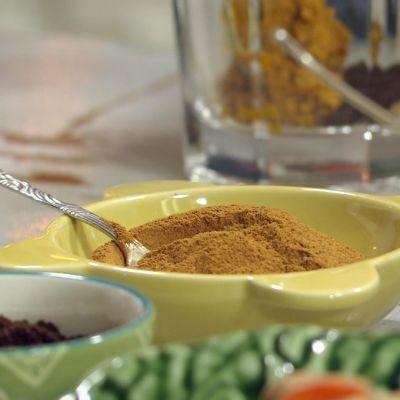små porslinsskålar med kryddor