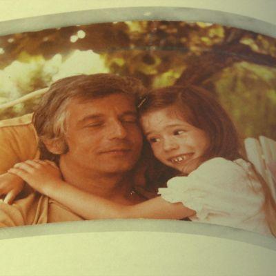 En liten flicka håller om sin pappa